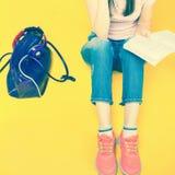 Preparazione graziosa dell'adolescente del primo piano per gli esami e la prova Immagine Stock