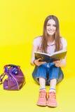 Preparazione graziosa dell'adolescente per gli esami e la prova Fotografia Stock