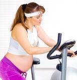 Preparazione incinta per l'allenamento sulla bici fissa Fotografia Stock Libera da Diritti