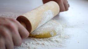 Preparazione italiana casalinga della pasta sulla tavola bianca archivi video