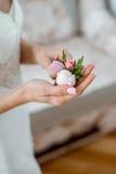 Preparazione nuziale di mattina per la cerimonia fiore bianco tenero in sue mani Fotografie Stock Libere da Diritti