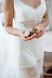 Preparazione nuziale di mattina per la cerimonia fiore bianco tenero in sue mani Immagine Stock Libera da Diritti