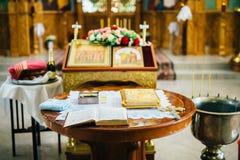 Preparazione per cerimonia di nozze in chiesa ortodossa Fotografia Stock