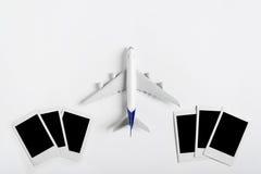 Preparazione per il concetto di viaggio, aeroplano con la fotografia in bianco Fotografia Stock Libera da Diritti