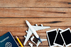 Preparazione per il concetto di viaggio, aeroplano, struttura della foto, trasduttore auricolare, matita, passaporto Immagine Stock