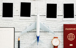 Preparazione per il concetto di viaggio, matita, passaporto, aeroplano, orologio, struttura della foto, libro Fotografia Stock