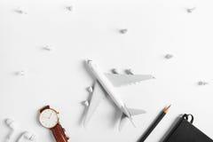 Preparazione per il concetto di viaggio, orologio, aeroplano, matite, libro, trasduttore auricolare, perno di spinta Fotografia Stock