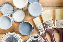 Preparazione per il rinnovamento della scatola di legno con le spazzole, S Fotografia Stock
