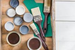 Preparazione per il rinnovamento della scatola di legno con le spazzole, S Immagine Stock