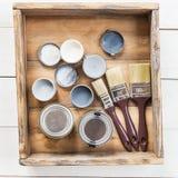 Preparazione per il rinnovamento della scatola di legno con le spazzole, S Immagine Stock Libera da Diritti