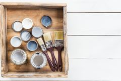 Preparazione per il rinnovamento della scatola di legno con le spazzole, S Immagini Stock Libere da Diritti
