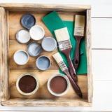 Preparazione per il rinnovamento della scatola di legno con le spazzole, S Fotografia Stock Libera da Diritti