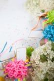Preparazione per la festa Regali avvolti nell'imballaggio variopinto Fotografia Stock