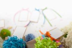 Preparazione per la festa Regali avvolti nell'imballaggio variopinto Fotografie Stock