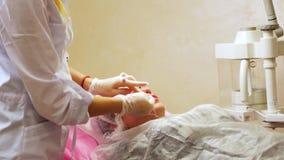 Preparazione per la procedura dell'iniezione di Botox archivi video