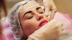 Preparazione per la procedura dell'iniezione di Botox stock footage
