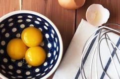 Preparazione per la sbattitura dei rossi d'uovo fotografia stock libera da diritti