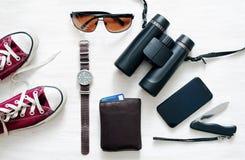 Preparazione per un viaggio Attrezzatura del viaggiatore, della giovane donna o del tipo Fotografia Stock Libera da Diritti