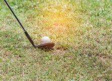 Preparazione pronta del club di golf del metallo guidare la palla da golf Fotografie Stock Libere da Diritti