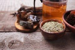 Preparazione sana della tisana con le piante asciutte, candela, dettagli di legno e di pietra e fondo di legno rustico d'annata,  fotografie stock libere da diritti