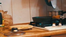 Preparazione trattata del pasto in una pentola sulla stufa in una cucina domestica video d archivio