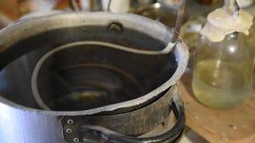 Preparazione un chiaro di luna a casa, processo di distillazione Sistema di raffreddamento, apparecchiatura del chiaro di luna stock footage