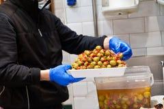 Preparazione verde oliva dei tapas Fotografie Stock Libere da Diritti
