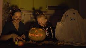 Preparazioni di Halloween La mamma e la figlia stanno giocando nel trucco Zucca di manifestazione archivi video