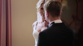 Prepare besar la mano del ` s de la novia en palacio almacen de metraje de vídeo