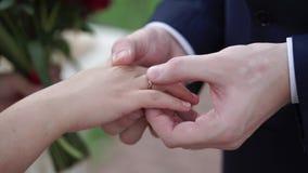 Prepare a colocação de um anel sobre o dedo do ` s da noiva durante a cerimônia de casamento vídeos de arquivo