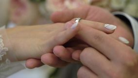 Prepare a colocação de uma aliança de casamento sobre o dedo do ` s da noiva filme