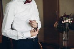 Prepare conseguir listo por la mañana antes de la ceremonia de boda, putt imagenes de archivo