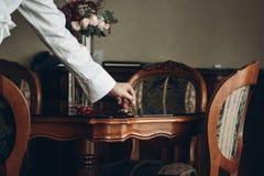 Prepare conseguir listo por la mañana antes de ceremonia de boda, sosténgase foto de archivo libre de regalías