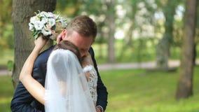Prepare detener a la novia en actitud de la danza el día de boda almacen de metraje de vídeo