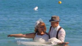 Prepare detener a la novia en sus brazos por el mar almacen de metraje de vídeo