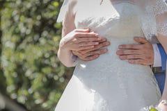 Prepare el abarcamiento de la cintura de la novia a tiempo del paseo de la boda Imagen de archivo libre de regalías