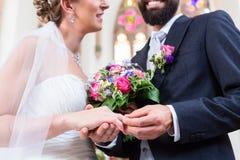 Prepare el anillo colectando en el finger de la novia en la boda fotografía de archivo