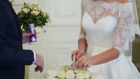 Prepare el anillo de bodas de los lugares a la novia en la ceremonia metrajes