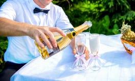 Prepare el champán de colada en un vidrio imagenes de archivo