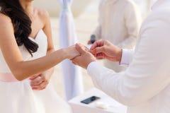 Prepare el donante de un anillo de compromiso a su novia debajo del deco del arco fotografía de archivo libre de regalías