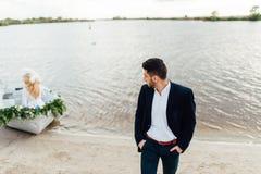 Prepare el retrato cerca del barco en un día de boda foto de archivo libre de regalías