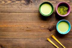 Prepare el té verde del matcha Polvo de Matcha, té listo del matcha, batidor en el espacio de madera oscuro de la opinión de top  imagenes de archivo
