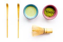 Prepare el té verde del matcha Polvo de Matcha, té listo del matcha, batidor en la opinión superior del fondo blanco imagen de archivo libre de regalías