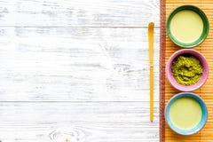 Prepare el té verde del matcha Polvo de Matcha, té listo del matcha en el espacio de madera blanco de la copia de la opinión de t fotografía de archivo libre de regalías