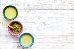 Prepare el té verde del matcha Polvo de Matcha, té listo del matcha en el espacio de madera blanco de la opinión de top del fondo imagen de archivo libre de regalías
