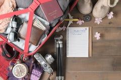 Prepare el viaje del invierno y los artículos del viaje de los accesorios para en la madera vieja Imagen de archivo libre de regalías