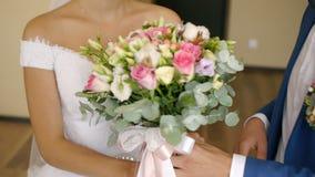 Prepare encuentra a la novia y da su ramo de la boda almacen de video