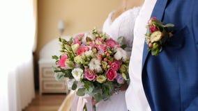 Prepare encuentra a la novia y da su ramo 2 de la boda metrajes