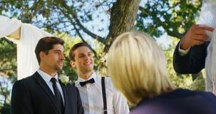 Prepare feliz la mirada de la novia y de su padre 4K 4k almacen de metraje de vídeo