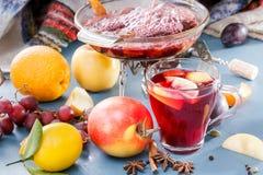 Prepare funderade vin på en öppen brand Att att laga mat en stansmaskin Glass exponeringsglas med funderad vin och toddy Kryddor  Royaltyfri Fotografi